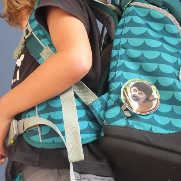Mit den Kletties kann ich meinen Schulrucksack beliebig gestalten. Hier im Bild der mitgelieferte Affe (rechts)